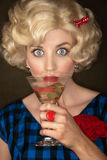 blond martini nätt retro kvinna Fotografering för Bildbyråer