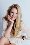 Blond meisje binnen in ondergoed Royalty-vrije Stock Afbeeldingen