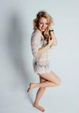 Blond meisje binnen in ondergoed Stock Afbeeldingen
