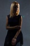 Blond meisje in dark Royalty-vrije Stock Afbeelding