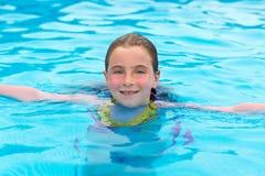 Blond meisje dat in de pool met rode wangen zwemt royalty-vrije stock fotografie
