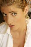 Blond meisje dat een grappige uitdrukking maakt Stock Fotografie