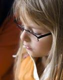 Blond meisje dat glazen draagt Stock Foto
