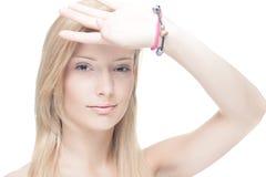 Blond meisje dat ogen in de schaduw stelt Stock Fotografie