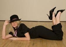 Blond meisje dat op vloer ligt Royalty-vrije Stock Afbeeldingen