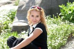 Blond meisje in de tuin royalty-vrije stock afbeelding