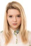 Blond meisje die met bruine ogen ernstig kijken royalty-vrije stock afbeeldingen