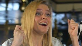 Blond meisje die vingers voor goed geluk kruisen, emotioneel ondersteunend favoriet team stock footage