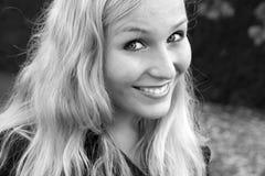 Blond meisje in een de herfsttuin 2 royalty-vrije stock afbeelding