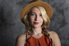 Blond meisje in een hoed Stock Foto's