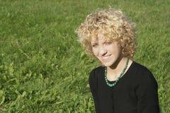 Blond meisje en groen gras Royalty-vrije Stock Afbeelding