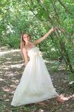 Blond meisje in het de zomerbos Stock Afbeelding