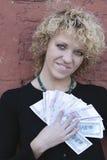 Blond meisje met geld stock afbeeldingen
