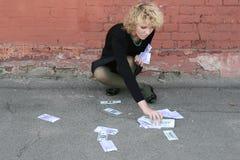 Blond meisje met geld Stock Fotografie