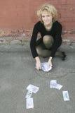 Blond meisje met geld Stock Afbeelding