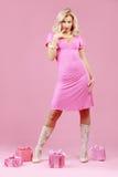 Blond meisje met giften Royalty-vrije Stock Foto's