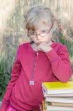 Blond meisje met glazen Stock Afbeelding