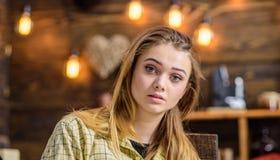 Blond meisje met grote groene ogen, engelengezicht en schitterend haar die binnen stellen Het tienerwijfje met geamuseerd kijkt d royalty-vrije stock foto's