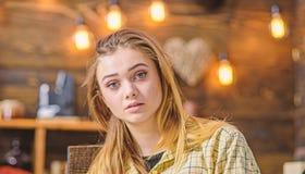 Blond meisje met grote groene ogen, engelengezicht en schitterend haar die binnen stellen Het tienerwijfje met geamuseerd kijkt d royalty-vrije stock fotografie