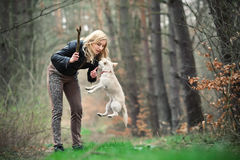 Blond meisje met haar puppy Royalty-vrije Stock Afbeeldingen