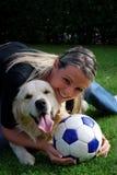 Blond meisje met hond Stock Fotografie