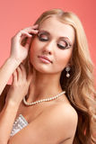 Blond meisje met kunstmake-up Stock Foto
