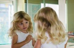 Blond meisje met lang haar royalty-vrije stock fotografie