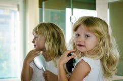 Blond meisje met lang haar Stock Afbeelding