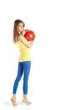 Blond meisje met rode bal stock afbeelding
