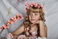 Blond meisje met witte bloemen in haar haar Royalty-vrije Stock Fotografie