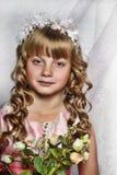 Blond meisje met witte bloemen in haar haar Royalty-vrije Stock Afbeeldingen