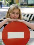 Blond meisje op de straat stock foto's