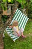 Blond meisje op hangmat royalty-vrije stock fotografie
