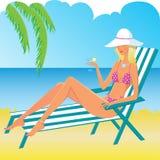 Blond meisje op het strand Stock Foto's