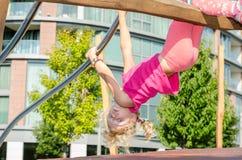 Blond meisje op speelplaats royalty-vrije stock afbeelding