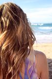Blond meisje op strand Stock Foto's