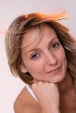 Blond meisje op winderig gebied Stock Fotografie