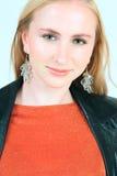 Blond meisje in oranje bovenkant Stock Foto