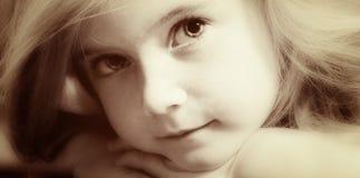 Blond meisje in oude sepia royalty-vrije stock fotografie
