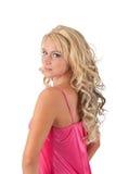 Blond meisje in roze uniformjas royalty-vrije stock fotografie