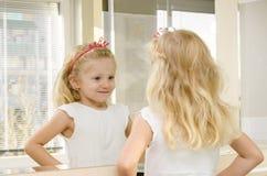 Blond meisje in spiegel stock foto's