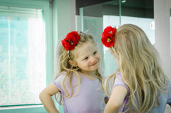 Blond meisje in spiegel stock afbeelding