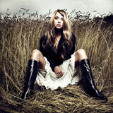Blond meisje in tarwe Stock Afbeelding