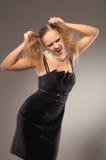 Blond meisje in weinig zwarte kleding Stock Afbeeldingen