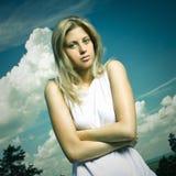 Blond meisje in wit overhemd openlucht stock fotografie