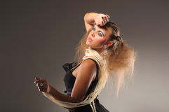 Blond meisje in zwarte kleding en parelparels Stock Afbeelding