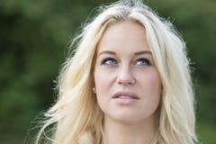 Blond meisjes openluchtportret Stock Afbeeldingen