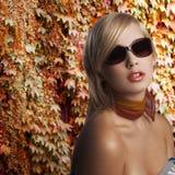 Blond meisjesportret met donkere zonnebril Royalty-vrije Stock Afbeelding