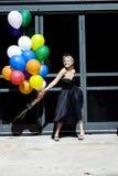 Blond met ballons uit in de zon royalty-vrije stock foto's