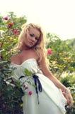 Blond met de lentebloemen Stock Afbeeldingen